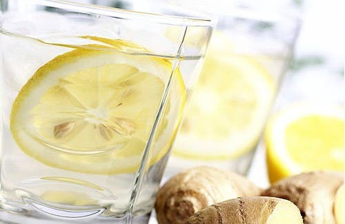 Ventreplat avec de la limonade sur le gingembre, le concombre et la menthe Beaucoup visent